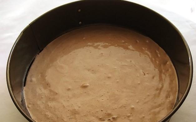 Выливаем тесто в форму для выпекания
