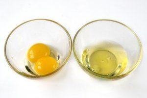 Белки куриных яиц отделяем от желтков