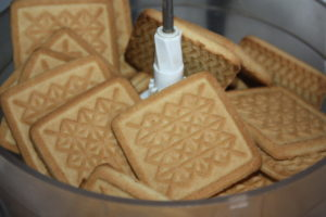 Используемое печенье заложим в блендер для измельчения