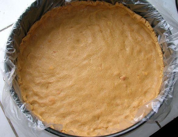 Из теста сформируем основание десерта в форме