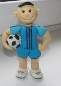 Фигурка футболиста из мастики на каркасе из проволоки