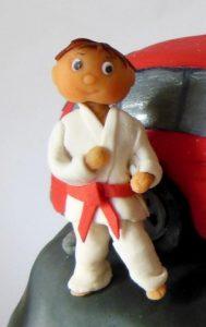 Готовая фигурка каратиста из мастики на каркасе