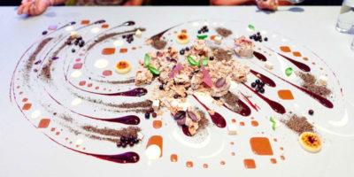 Съедобная скатерть в известном ресторане Alinea