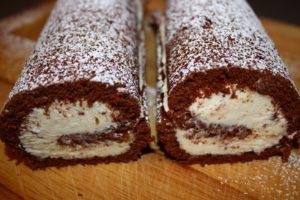 Шоколадный бисквитный рулетик с масляным кремом на основе сливочного сыра и белого шоколада