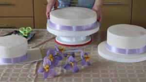 Первое основание многоярусного торта устанавливаем на подставку