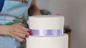 Насаживаем третий ярус готового торта на шпажку