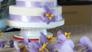 Украшения для торжественного торта из цветочной мастики