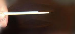 Отмеряем пищевую трубочку по длине шпажки