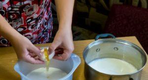 В горячем молоке куриные яйца сворачиваются