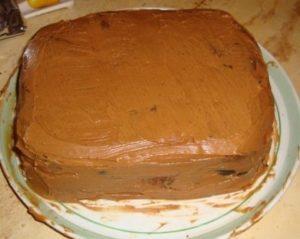 Собранный торт, обмазанный кремом для выравнивания поверхности, придает десерту аккуратный вид