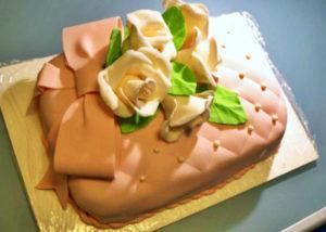 Украшенный торт, покрытый кремом под мастику и самой мастикой сверху