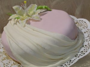 Обтянутый мастичным тестом готовый торт