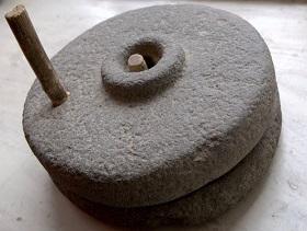 Каменные жернова для измельчения зерна в муку