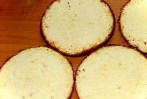 Готовые бисквиты, разрезанные на две части вдоль