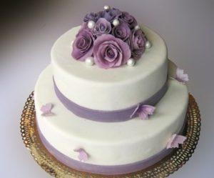 Торжественный торт обтянутый мастикой с украшениями из мастики