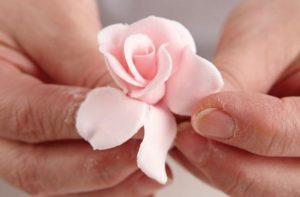 Нежный цветок из мастики