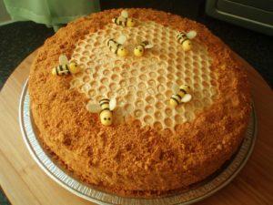 Готовый медовый торт, украшенный пчелами и сотами