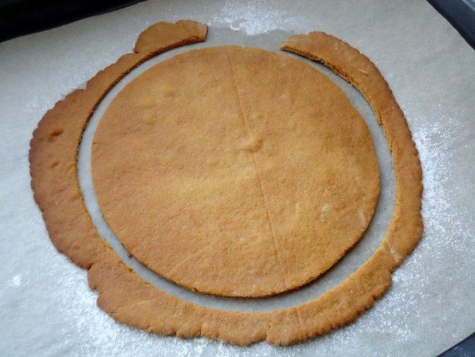 Обрезать по форме тесто можно и до выпекания