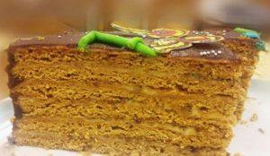 Кусочек готового медового торта со сметанным кремом