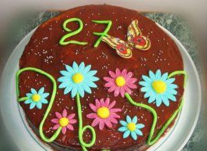 Готовый медовый торт под глазурью с украшениями