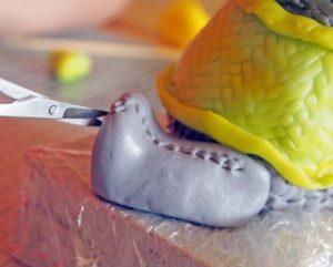 Маникюрными ножницами делаем шерсть на мастичных лапках