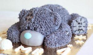 Готовый торт в виде мишки Тедди в лежачем положении