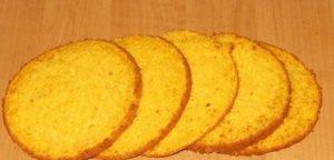 Готовій яркий морковный бисквит разделим вдоль на несколько возможных частей