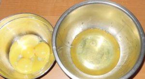 Яйца разделяем на белковую часть и желтковую