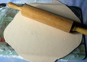Раскатанное мастичное тесто