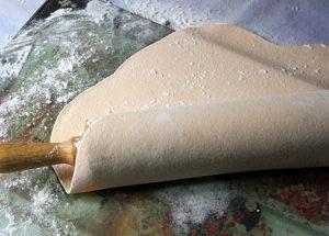 Для удобного переноса раскатанной мастики используем скалку