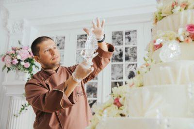 Ренат Агзамов (главный специалист кондитерской компании Фили-Бейкер) за работой украшения десерта