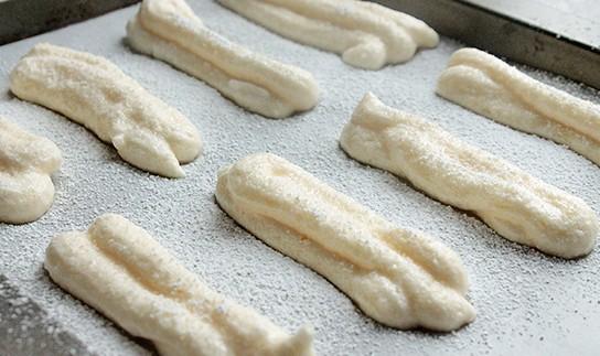 Отсаженные на противень печенье Савоярди