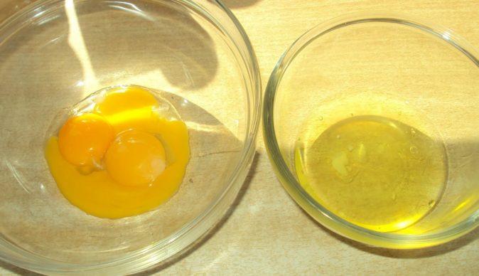Белковая яичная часть отделается от желтковой