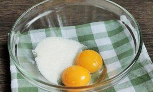 Желтки смешиваем со второй половиной сахара