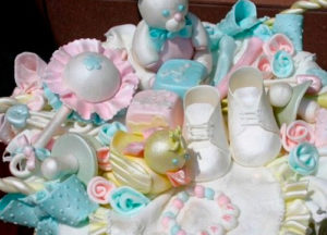 Изделия из мастики, покрытые перламутровым пищевым красителем