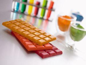 Шоколадные плитки, окрашенные жирорастворимыми пищевыми красителями