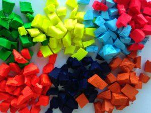 Цветные кусочки мыла, окрашенные жирорастворимыми красителями