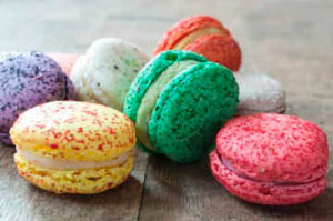 Красочные пирожные благодаря жирорастворимым пищевым крсителям