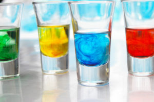 Разведенные в воде либо алкоголе сухие пищевые красители