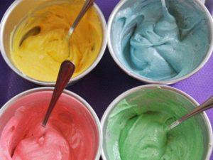 Окрашенные крема для десертов жидкими пищевыми красителями