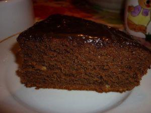 Простой шоколадный бисквит можно подавать с вареньем и другими наполнителями