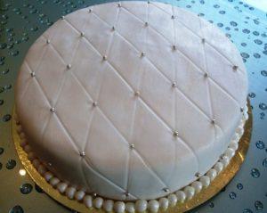 Дополнительные украшения на торте из мастике в виде стеганной подушки