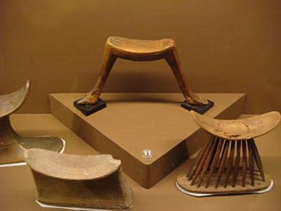 Подставка, служащая в древние времена подушкой, которая прекрасно сохраняла формы прически