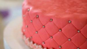 Ромбы на боковой части торта из мастики