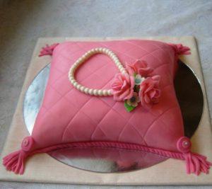 Милый торт с ромбами в виде подушки