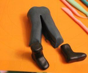 Ноги в штанах из мастики