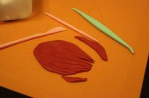 Лепим и вырезаем прическу для русалочки