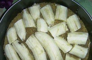Корж из печенья закладываем бананами