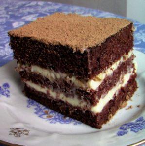 Кусочек торта из разрезанного вдоль шоколадного бисквита на кипятке