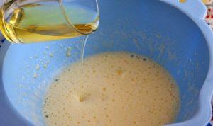 Добавление растительного масла к взбитым яйцам